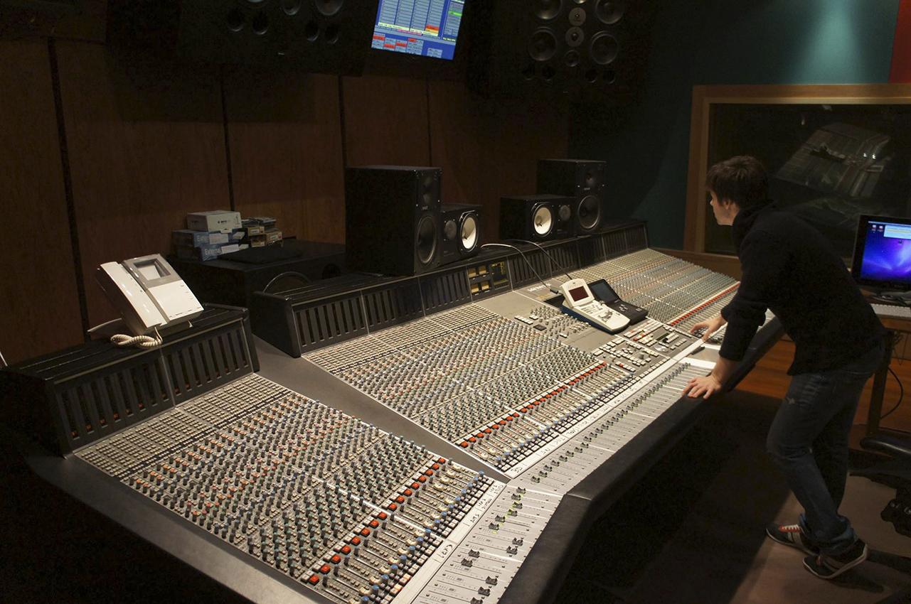 """Antonio Rivas en el estudio de grabación mezclando """"Por ahí"""""""